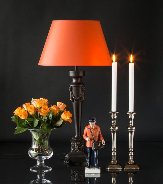 Bronzelampe med orange skærm