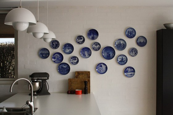 Wall with plates